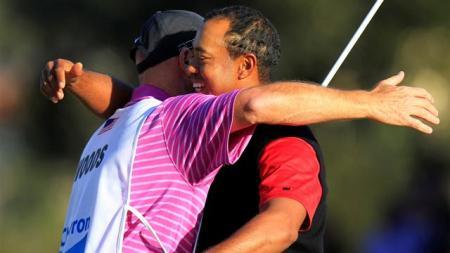 Tiger l'abbraccio con il Caddie